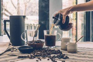 zestaw-do-kawy-na-stole